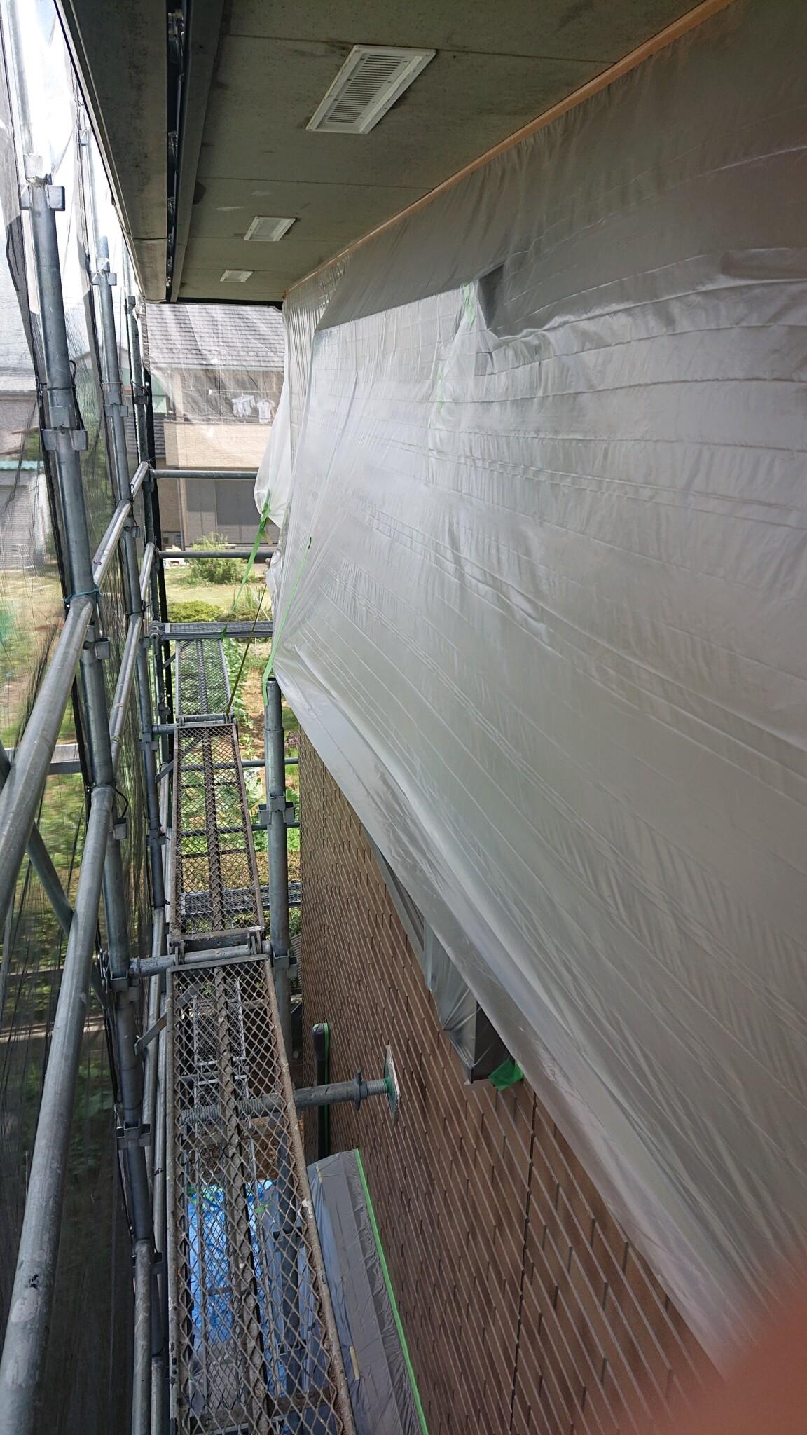外壁はクリア仕上げなので塗料で汚さないように養生していきます